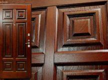 Металлические двери с отделкой из натурального дерева