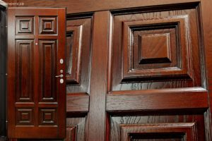 Metallicheskie dveri s otdelkoi iz naturalnogo dereva